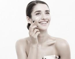 Copia de concepto-cuidado-piel-juventud-belleza-close-up-hermoso-retrato-rostro-mujer-raza-caucasica-aplicar-poco-crema-cara-cuidado-piel-chica-hermosa-modelo-spa-piel-limpia-fresca-perfecta-sobre-fondo-blanco_1258-1751-01.jpeg