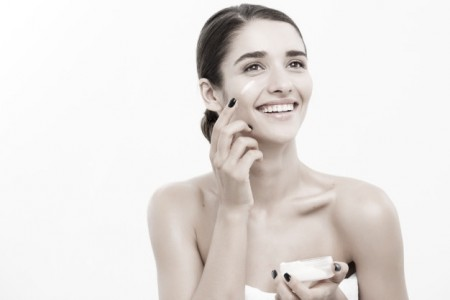 concepto-cuidado-piel-juventud-belleza-close-up-hermoso-retrato-rostro-mujer-raza-caucasica-aplicar-poco-crema-cara-cuidado-piel-chica-hermosa-modelo-spa-piel-limpia-fresca-perfecta-sobre-fondo-blanco_1258-1751-01.jpeg